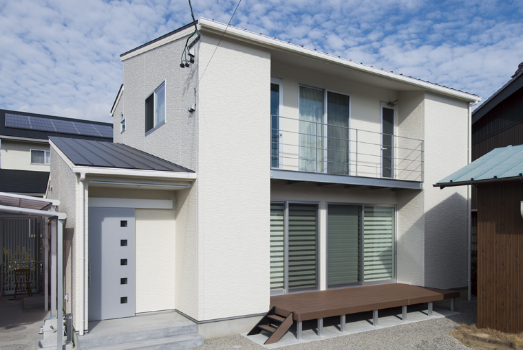 庭を囲む土間のある家|io(イーオ)|家族が心地よく暮らせる私サイズの家|安水建設真っ白なスタイリッシュハウス