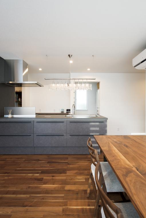 真っ白なスタイリッシュハウス|io(イーオ)|家族が心地よく暮らせる私サイズの家|安水建設
