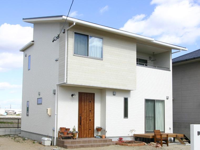 エースホーム|デザインと性能を兼ね備えた規格型住宅|安水建設白と木目がおりなす家族がくつろぐ住まい