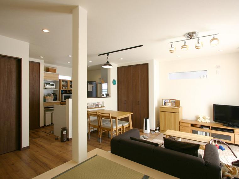 白と木目がおりなす家族がくつろぐ住まい エースホーム デザインと性能を兼ね備えた規格型住宅 安水建設