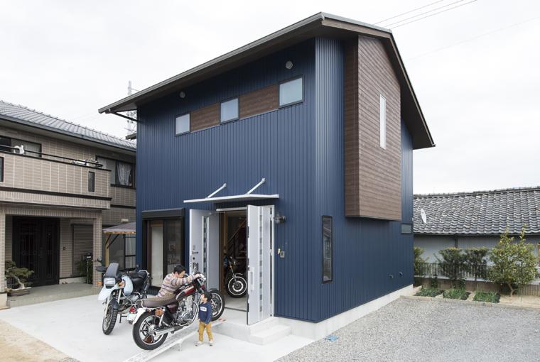 庭を囲む土間のある家|io(イーオ)|家族が心地よく暮らせる私サイズの家|安水建設バイクガレージのある木の家
