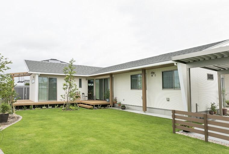 エースホーム|デザインと性能を兼ね備えた規格型住宅|安水建設シンボルツリーを囲むプライベートガーデンの家