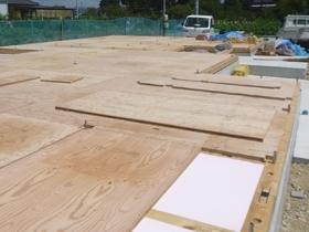 非公開: 自然とつながる大きなデッキのある家 木工事