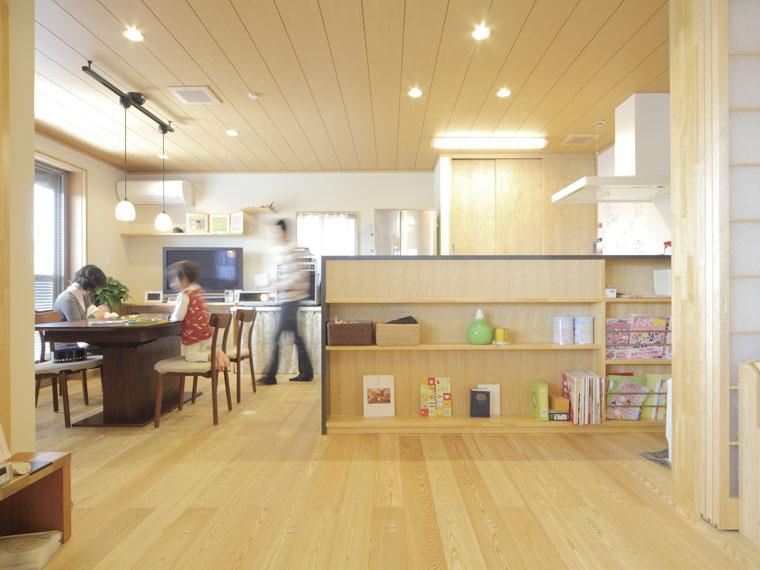 家族が繋がる木の平屋建て|三河の家|木の香り漂う贅沢なくつろぎの注文住宅|安水建設吹き下ろし屋根のガレージをもつ和邸