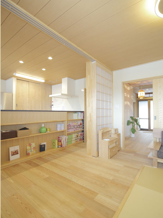 吹き下ろし屋根のガレージをもつ和邸|三河の家|木の香り漂う贅沢なくつろぎの注文住宅|安水建設