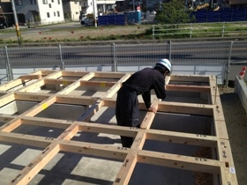 非公開: 吹き下ろし屋根のガレージをもつ和邸(建築中) 木工事
