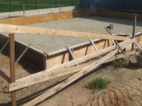 非公開: 白と木目がおりなす家族がくつろぐ住まい(建築中) 基礎工事