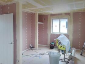 非公開: 色や素材を楽しむハンサムな木の家(建築中) クロス工事