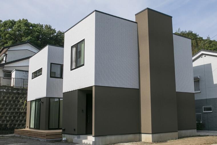 庭を囲む土間のある家|io(イーオ)|家族が心地よく暮らせる私サイズの家|安水建設陽だまりリビングのあるスクエアな木の家