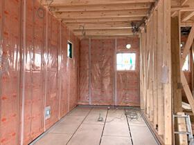 赤いドアのブルックリンスタイルサロン 断熱材施工