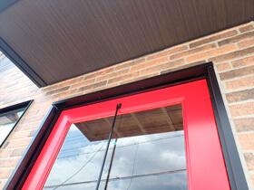 赤いドアのブルックリンスタイルサロン オシャレな玄関ドア
