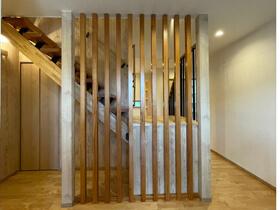 和の心地よさがある家 玄関ホール階段