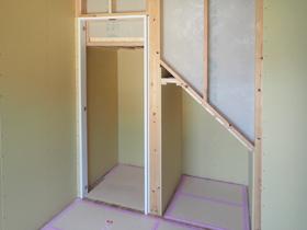 暮らしの移ろいを愉しむ家 階段下収納